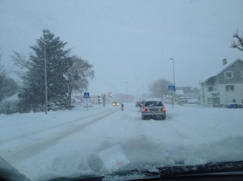 bil i snø