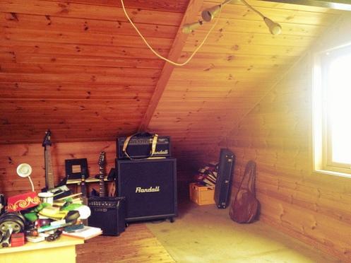 rom med gitar, forsterker og lampe
