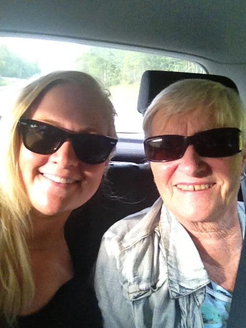 Ingrid og mor i bil