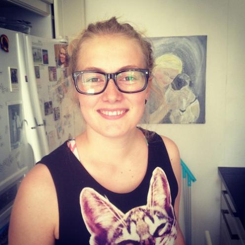 Sunni med briller og kattekjole