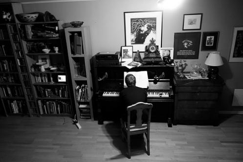 Halvard spelar piano